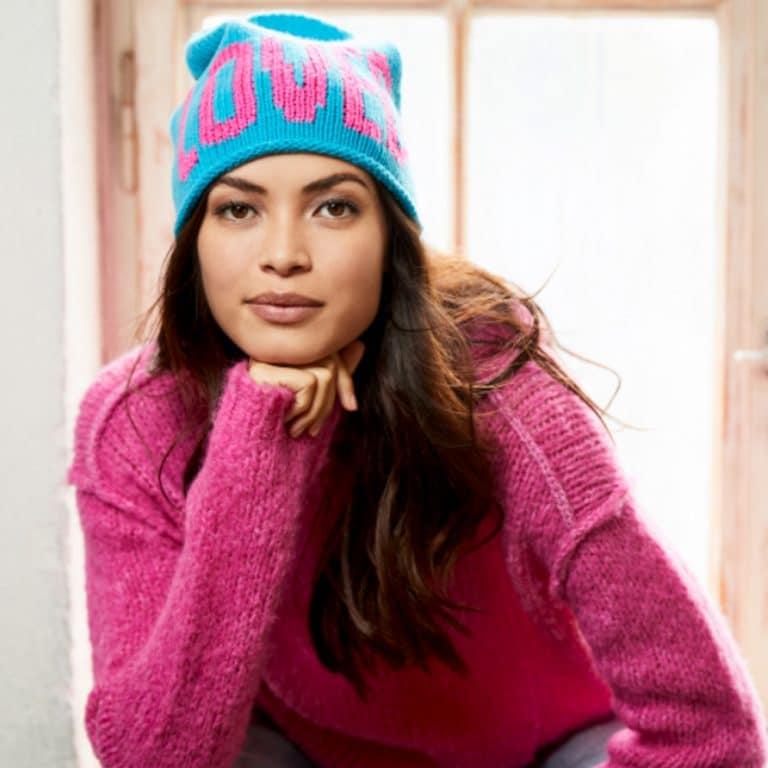 pinker Pulli und blaue Mütze mit pinkem Schriftzug Loved in Baunatal